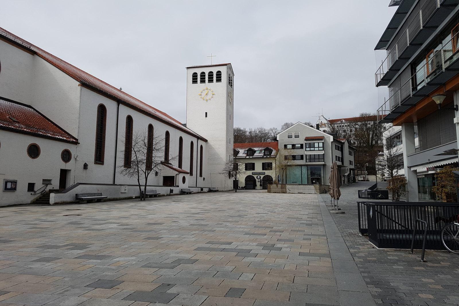 Petra Bauer - Kirchplatz um die Mittagszeit